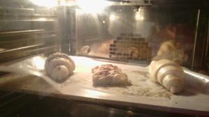 Głęboko mrożony produkt wkładany jest donagrzanego piekarnika.