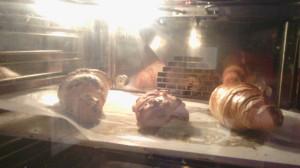 Pieczony jest przez około 3 minuty wbardzo wysokiej temperaturze.