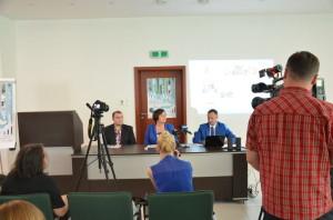 Konferencja prasowa w2014r. rozpoczynająca kampanię wprowadzenia Budżetu Obywatelskiego wStalowej Woli, odlewej Krystian Tomczyk, Renata Butryn - Poseł naSejm, Dariusz Przytuła - Wiceprzewodniczący Rady Miejskiej, inicjator wprowadzenia budżetu obywatelskiego.