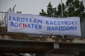 Baner wyśmiewający boCHaterstwo Kaczyńskiego zwisł natargowisku wStalowej Woli